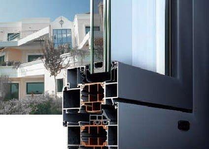 Fenetre et profils en aluminium ALUMIL M11000 avec un arrière-plan