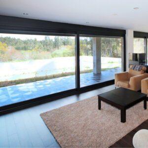 Chambre avec des grandes fenetres en aluminium avec le système coulissantes Cortizo 4600